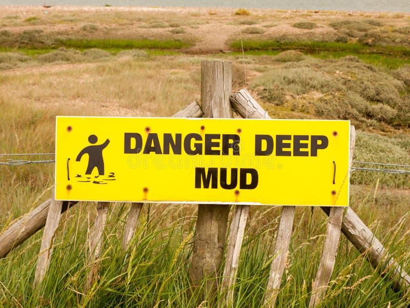 Foto di riserva - un segno profondo di rettangolo di giallo del fango del pericolo fuori del Se fotografie stock libere da diritti