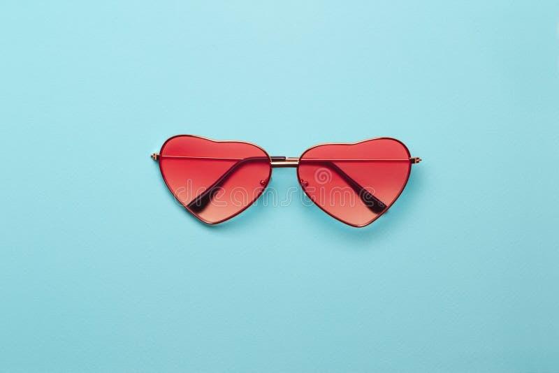 Foto di tendenza sul tema della tonalit? arancio alla moda questa stagione Vetri in forma di cuore arancio luminosi fotografia stock libera da diritti