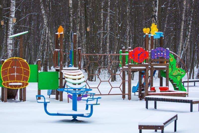 Foto di un campo da giuoco in un parco nell'inverno immagini stock
