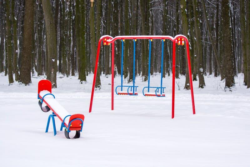 Foto di un campo da giuoco in un parco nell'inverno fotografie stock libere da diritti