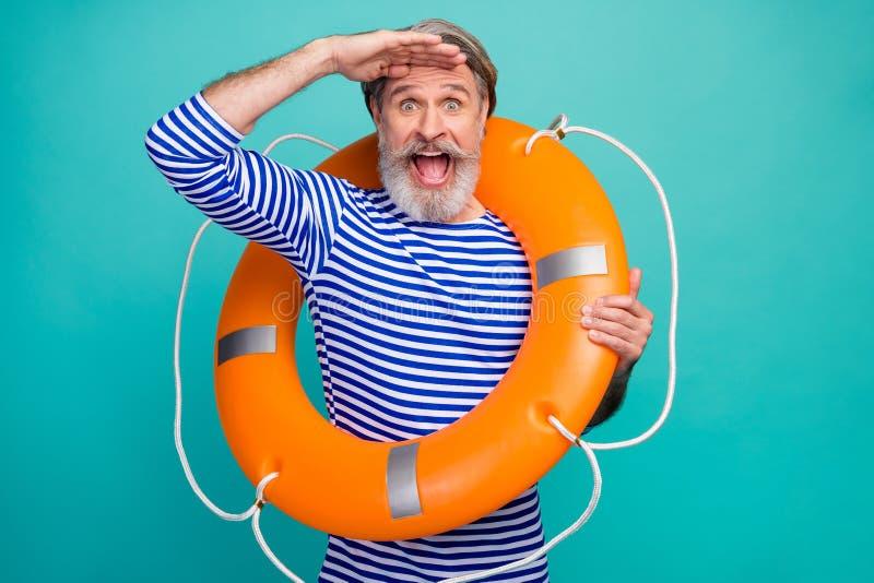 Foto di un elegante e funky sarcastico marinaio con una bocca aperta sicurezza salvando la vita boa guarda lontano dall'usura del fotografia stock libera da diritti