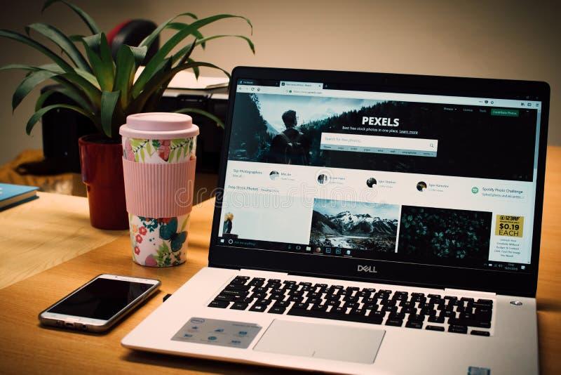Foto di un laptop Dell grigio che mostra la pagina Web dei pexels fotografia stock