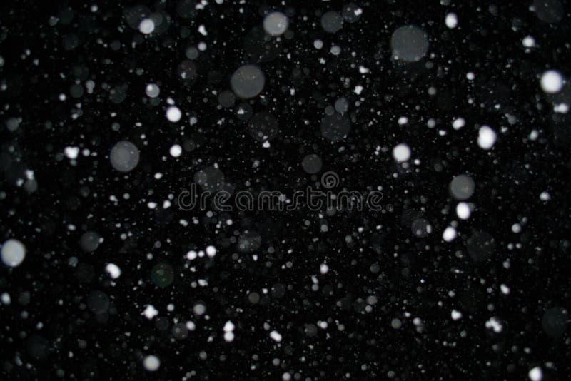 Foto di una neve che cade alla notte, bello fondo immagine stock libera da diritti