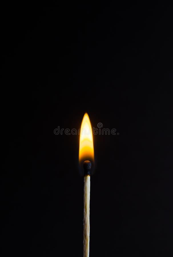 Foto di una partita bruciante su un fondo nero immagine stock libera da diritti