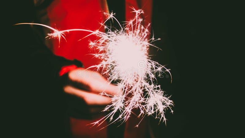 Foto di una persona e#x27;s Hand Holding Firecracker immagine stock