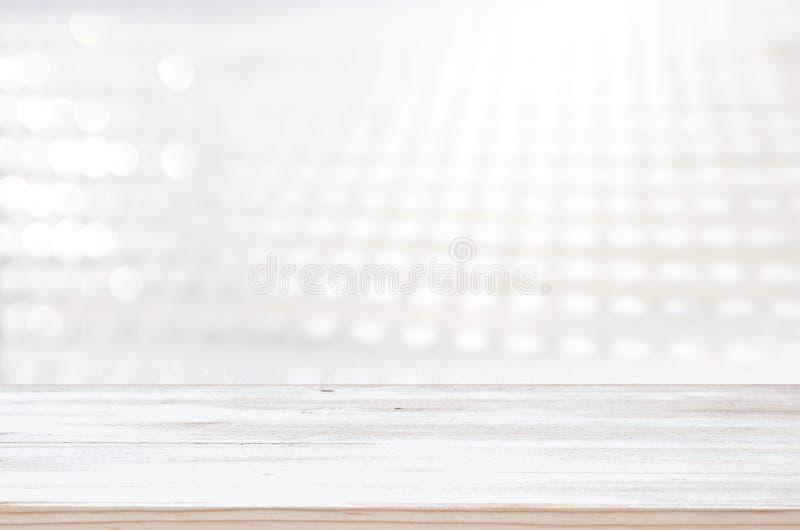 Foto di vecchia tavola di legno davanti al fondo bianco e d'argento delle luci di scintillio Ready per il montaggio dell'esposizi immagine stock libera da diritti
