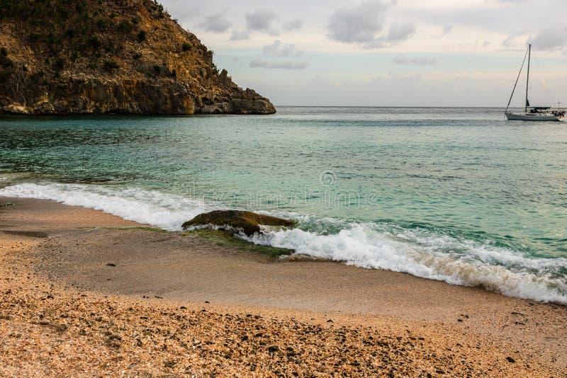 Foto di viaggio dell'isola della st Barth, i Caraibi Shell Beach famosa, nei Caraibi di St Bart della st Barth immagini stock libere da diritti