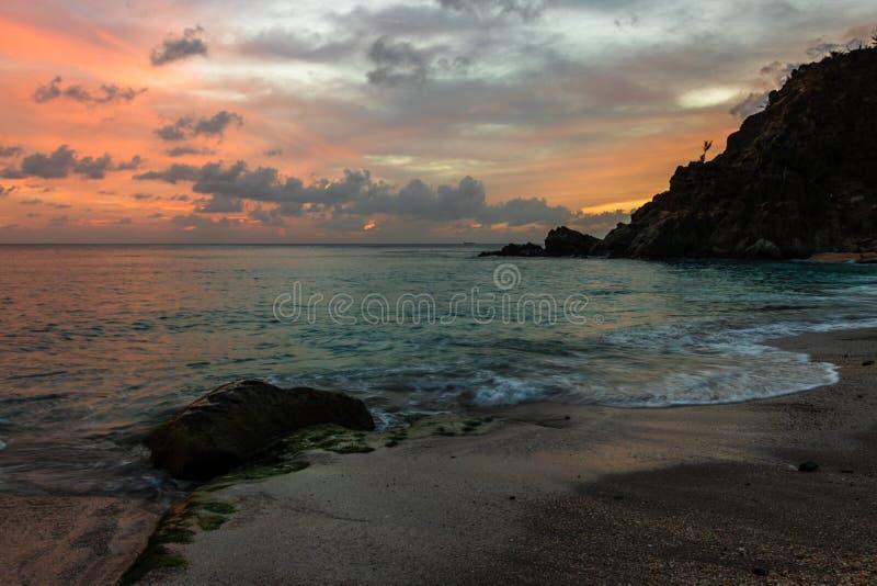 Foto di viaggio dell'isola di St Bart dell'isola della st Barth, i Caraibi Vista di un tramonto pacifico ed onde su Shell Beach fotografia stock libera da diritti