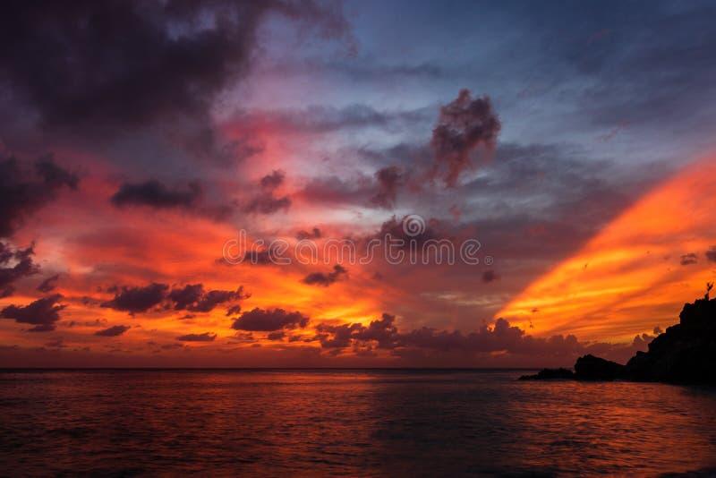 Foto di viaggio dell'isola di St Bart dell'isola della st Barth, i Caraibi Vista di un tramonto pacifico ed onde su Shell Beach immagini stock