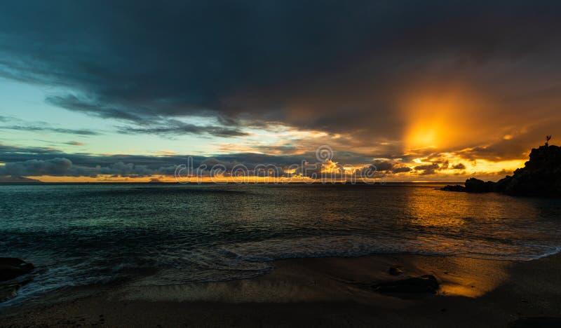 Foto di viaggio dell'isola di St Bart dell'isola della st Barth, i Caraibi Vista di un tramonto pacifico ed onde su Shell Beach immagine stock libera da diritti