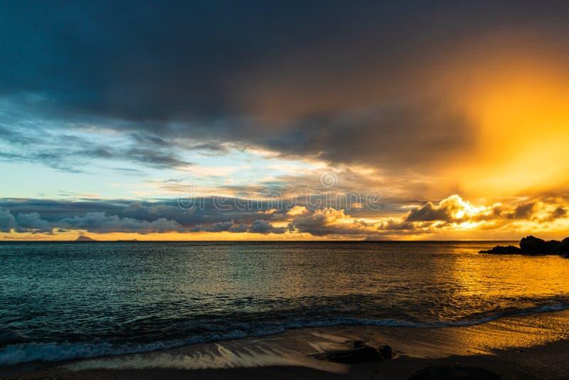 Foto di viaggio dell'isola di St Bart dell'isola della st Barth, i Caraibi Vista di un tramonto pacifico ed onde su Shell Beach immagini stock libere da diritti