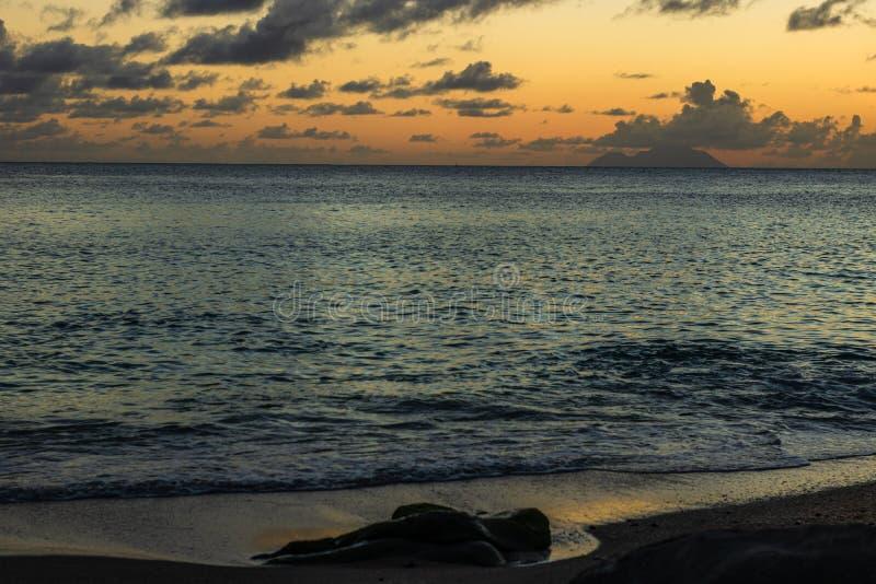 Foto di viaggio dell'isola di St Bart dell'isola della st Barth, i Caraibi Vista di un tramonto pacifico ed onde su Shell Beach immagine stock