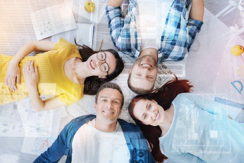 Foto di vista superiore della gente contentissima quel sguardo verso l'alto fotografia stock