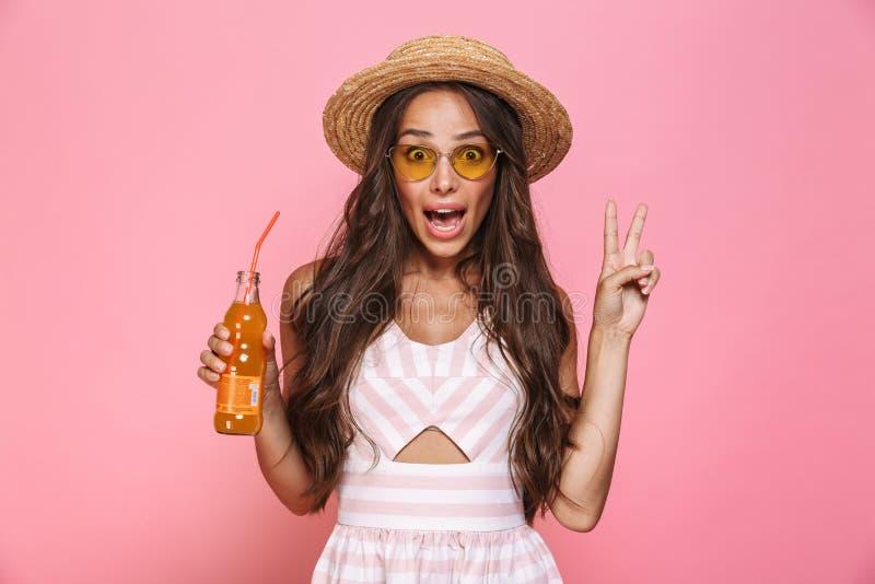 Foto die van charmante vrouwenjaren '20 zonnebril en dri van de strohoed dragen stock afbeelding