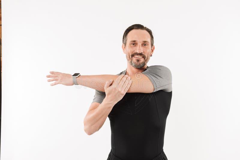 Foto die van gezonde mensenjaren '30 sportkleding en smartwatch smili dragen stock foto's