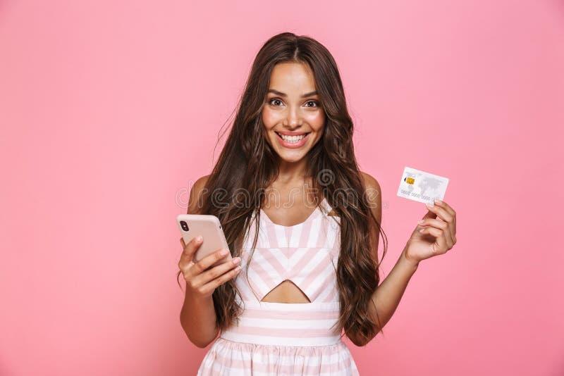 Foto die van mooie vrouwenjaren '20 kleding dragen die mobiele telefoon houden stock afbeelding