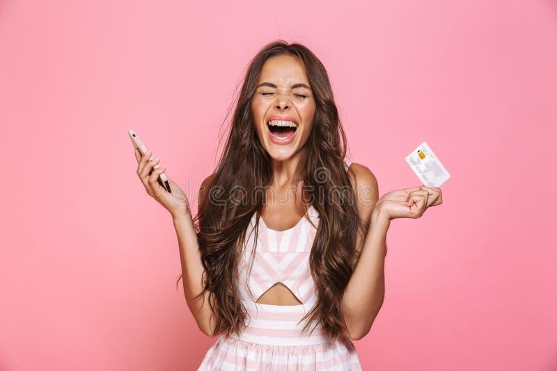 Foto die van vrolijke vrouwenjaren '20 kleding dragen die mobiele telefoon a houden stock foto