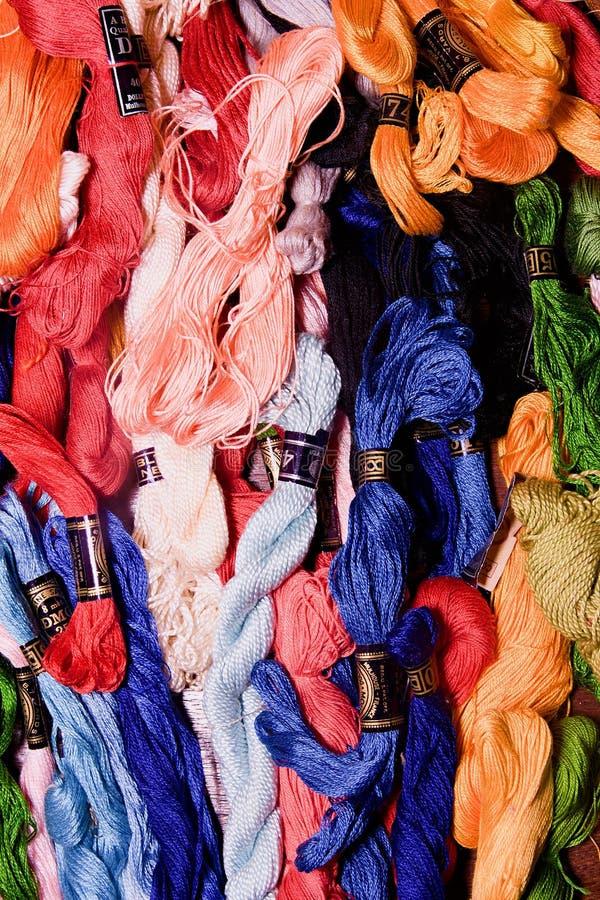 A foto do bordado do grupo rosqueia o floss Foco seletivo A imagem pode ser usada como o fundo Fios de algodão coloridos imagens de stock royalty free