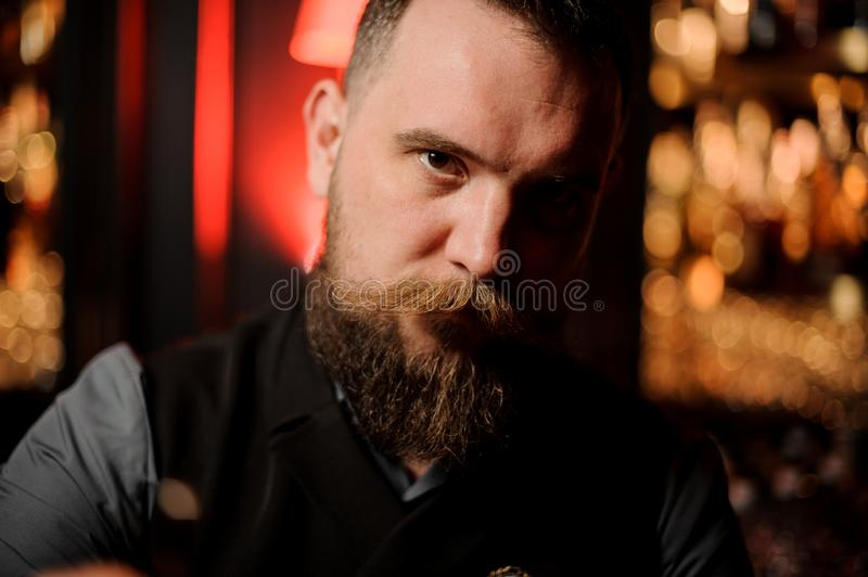 Foto do close-up do barman masculino novo com barba foto de stock