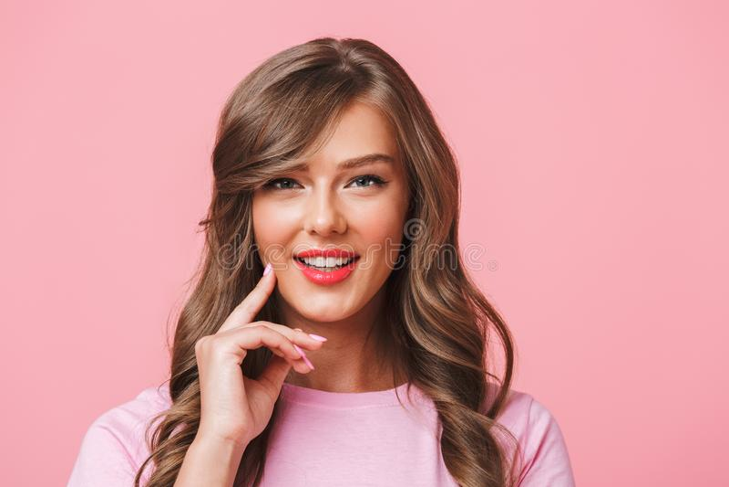 Foto do close up da mulher satisfeita adorável com marrom encaracolado longo ha foto de stock royalty free