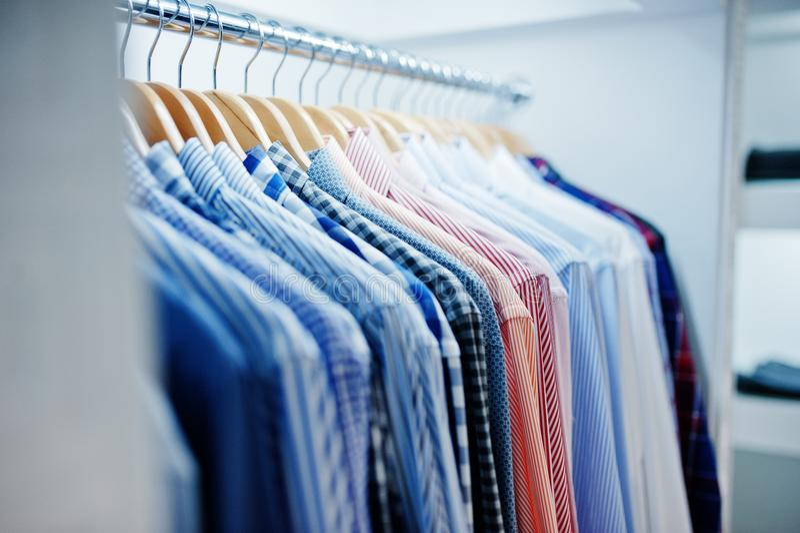 Foto do close-up da roupa elegante em ganchos na loja fotos de stock