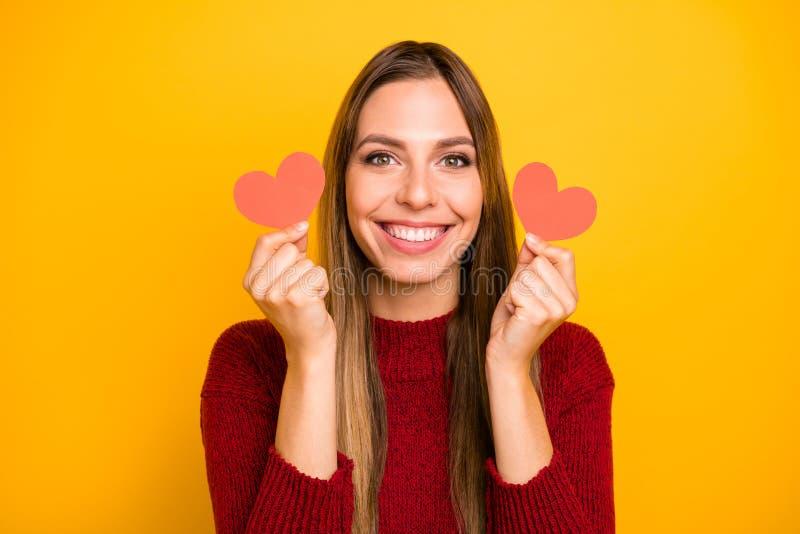 Foto do close up da senhora bonita que guarda os braços que pouco coração figurou que os cartão vestem o fundo amarelo isolado pu imagens de stock