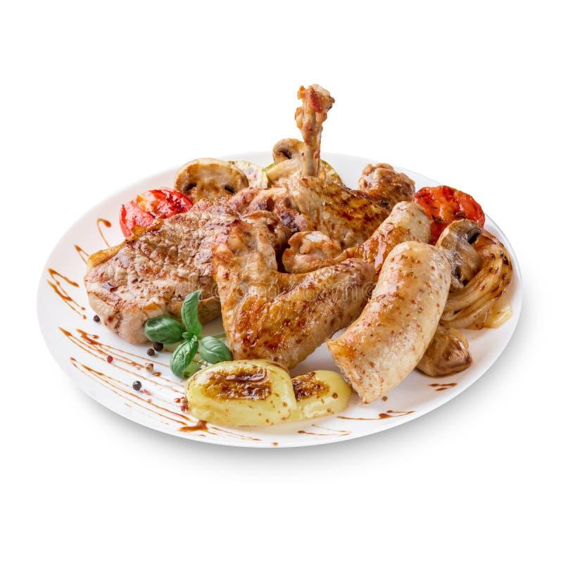 Foto do close-up de bandeja grelhada misturada da carne A carne, carne de porco, aves domésticas, salsichas, grelhou o alho, pime imagens de stock