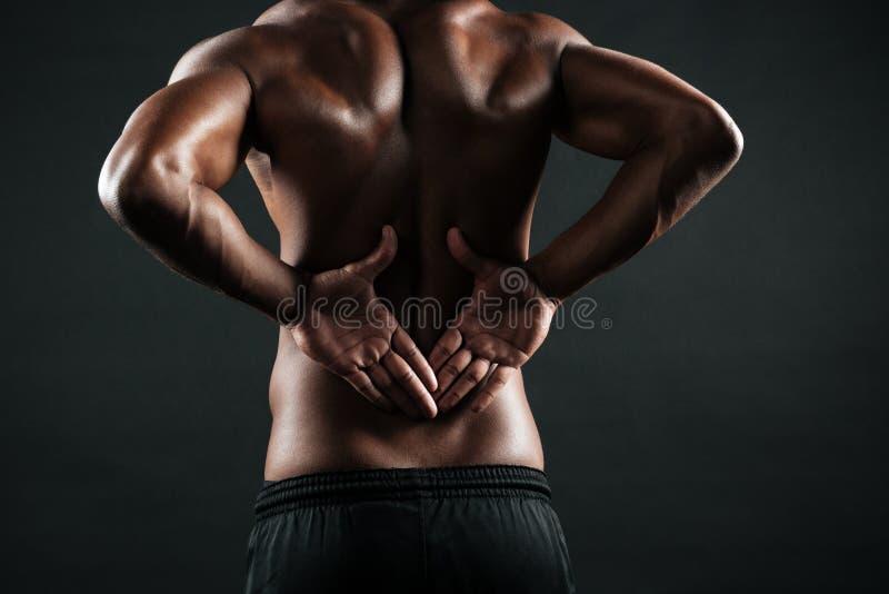 A foto do close-up de esportes africanos novos equipa a dor do sentimento em seu b fotografia de stock
