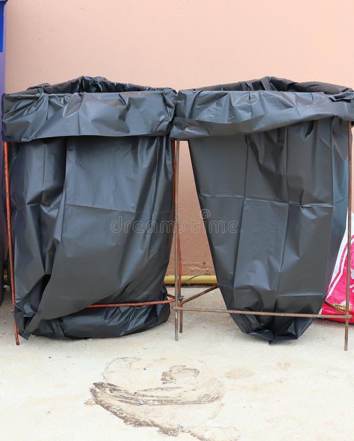 Foto do close-up de 2 sacos de lixo pretos para o triturador imagens de stock royalty free