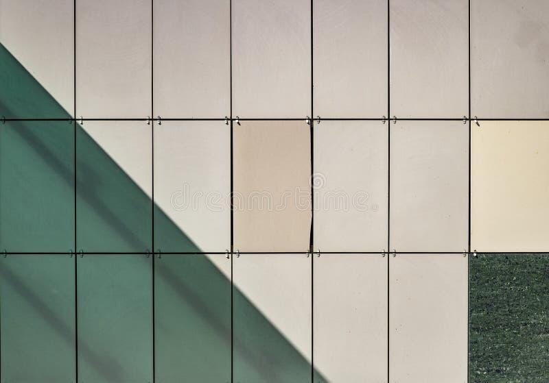Foto do close-up de telhas de construção da fachada Verde abstrato e imagem de fundo amarela a propósito da arquitetura moderna, foto de stock royalty free