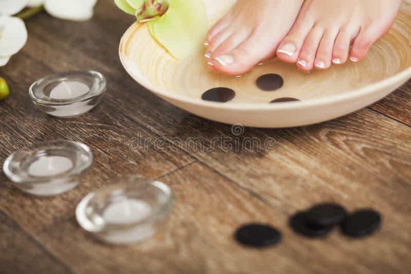 Foto do close up de uns pés fêmeas no salão de beleza dos termas imagem de stock