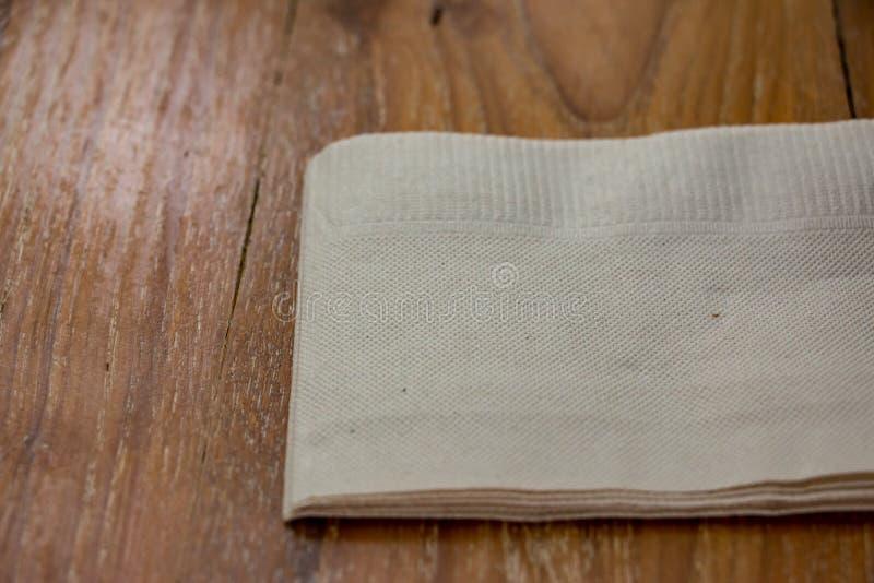 Foto do close up dos guardanapo ou lenço de papel na tabela de madeira foto de stock