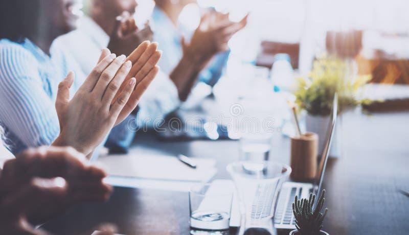 Foto do close up dos sócios comerciais novos que aplaudem ao repórter após o relatório de escuta no seminário profissional imagens de stock royalty free