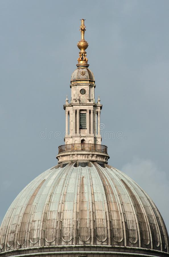 Foto do close up do telhado da torre na catedral do ` s de St Paul em Londres foto de stock royalty free