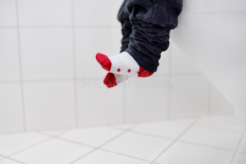 Foto do close-up do toalete do uso do trainig do menino da criança imagens de stock royalty free