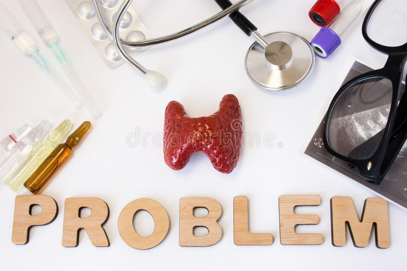 Foto do conceito dos problemas do tiroide a figura 3D da glândula de tiroide é problema da palavra e grupo próximos de equipament foto de stock