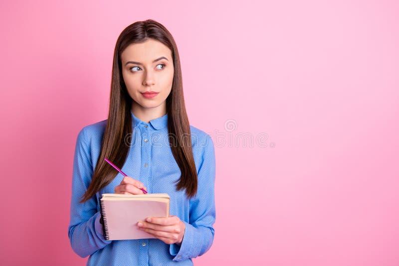 Foto do Copyspace do pensive doce advogado vazio espaço lembrando-se de segurar um copybook e uma caneta com as mãos contemplando foto de stock royalty free