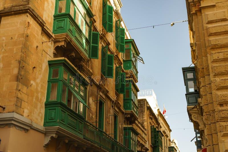Foto do curso das ruas estreitas na cidade velha de Valletta foto de stock