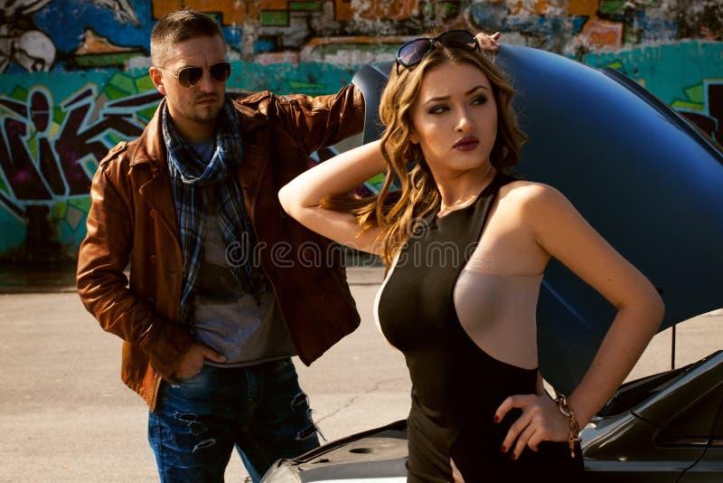 Foto do encanto dos pares que estão perto de um asi quebrado do carro e dos olhares imagem de stock