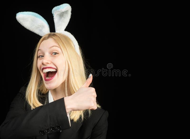 Foto do estúdio da forma da menina bonita 'sexy' com cabelo louro com orelhas do coelho Caçando ovos Orelhas vestindo da mulher d fotos de stock
