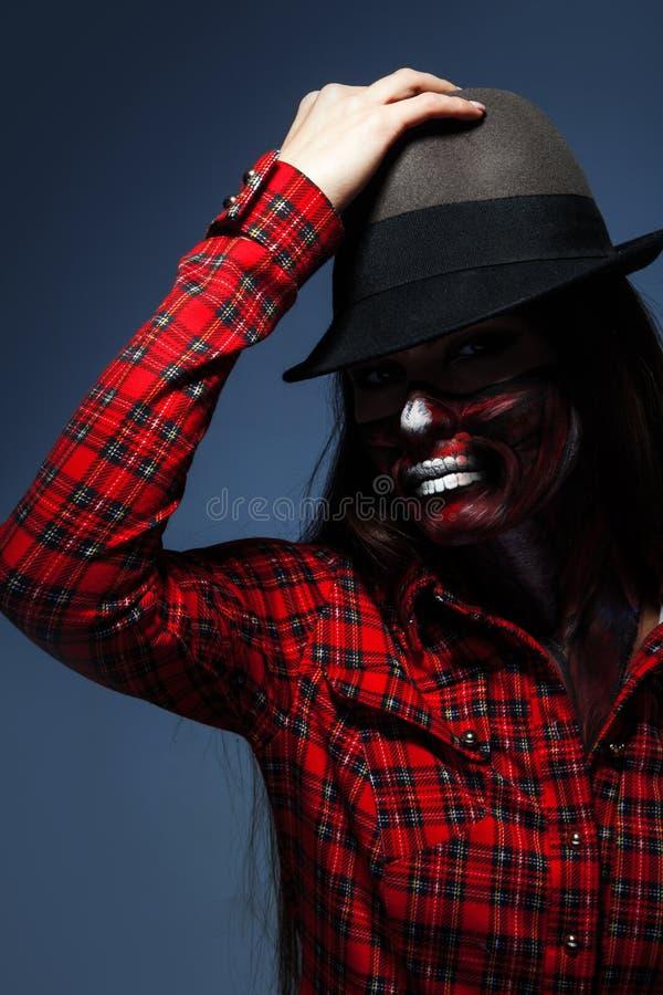 A foto do estúdio da mulher adulta com assustador compensa pelo Dia das Bruxas fotos de stock