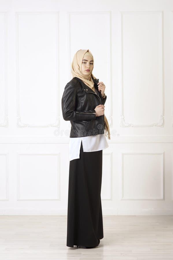Foto do estúdio de um tipo oriental da jovem mulher de roupa que combina o estilo moderno e muçulmano, e uma mantilha bonita fotos de stock royalty free