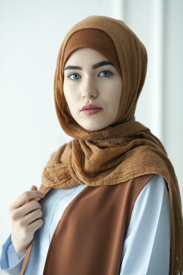 A foto do estúdio de uma jovem mulher bonita vestiu oriental datilografa dentro o estilo muçulmano imagem de stock