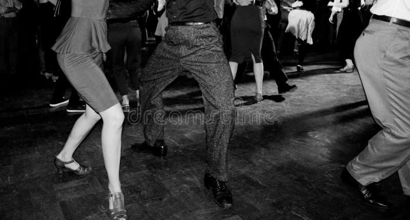 Foto do estilo do vintage do salão de dança com dança dos povos fotos de stock royalty free