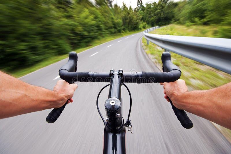Foto do estoque do conceito do ciclismo da estrada com mãos foto de stock