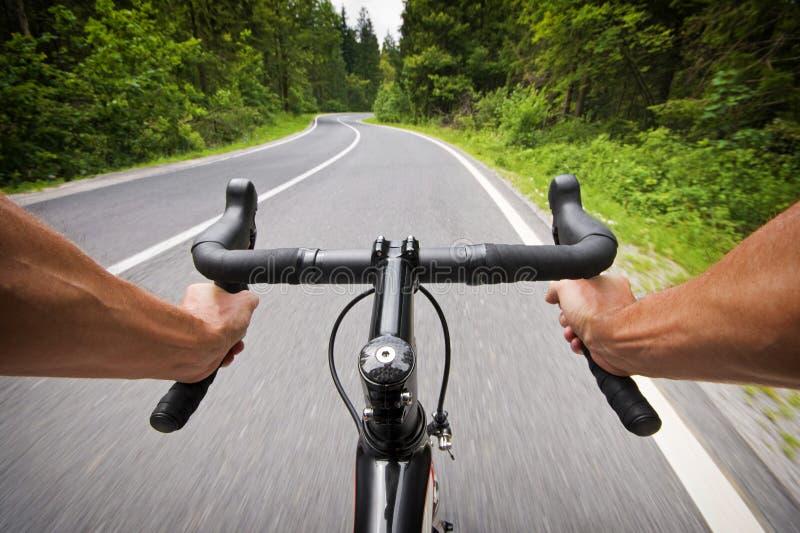Foto do estoque do conceito do ciclismo da estrada com mãos imagem de stock