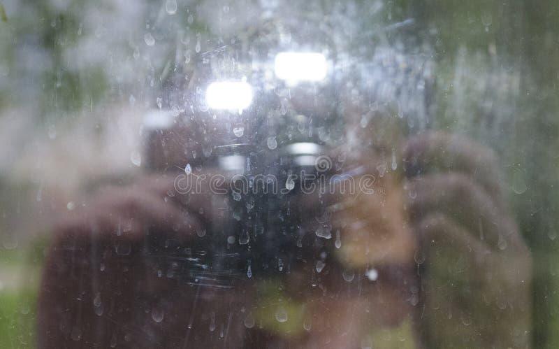 Foto do foco borrado fotógrafo nas gotas secadas da natureza de vidro, verde fotografia de stock