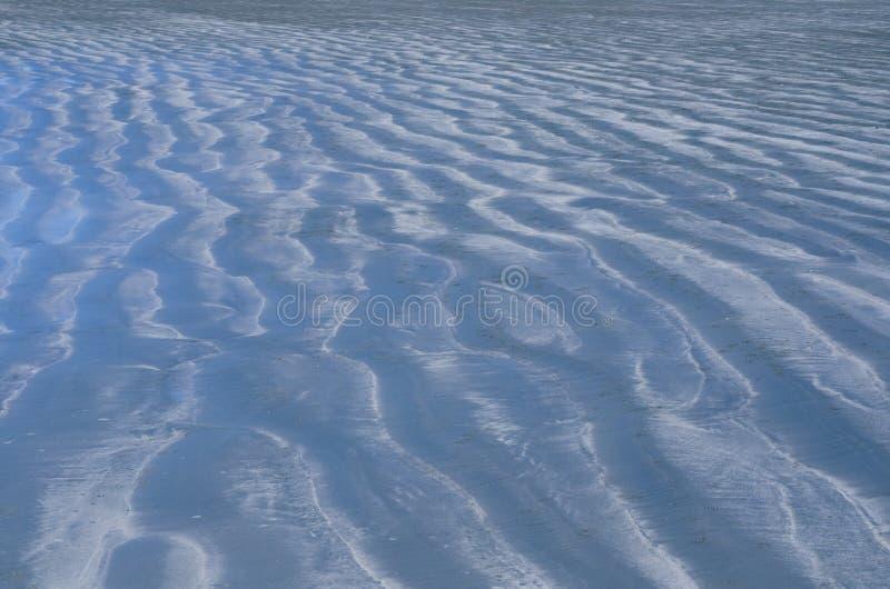 Foto do fundo e da textura da areia azul da cor que tem a reflexão do céu azul imagens de stock royalty free