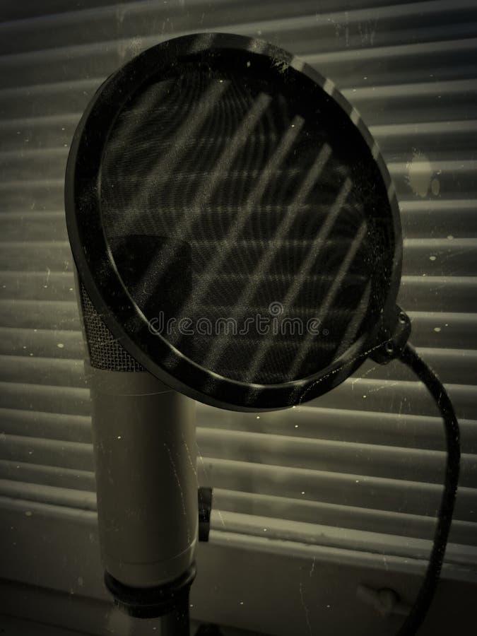 Foto do grunge do conceito do microfone e do PNF do filtro acima as cortinas sombreiam quedas nele imagem de stock