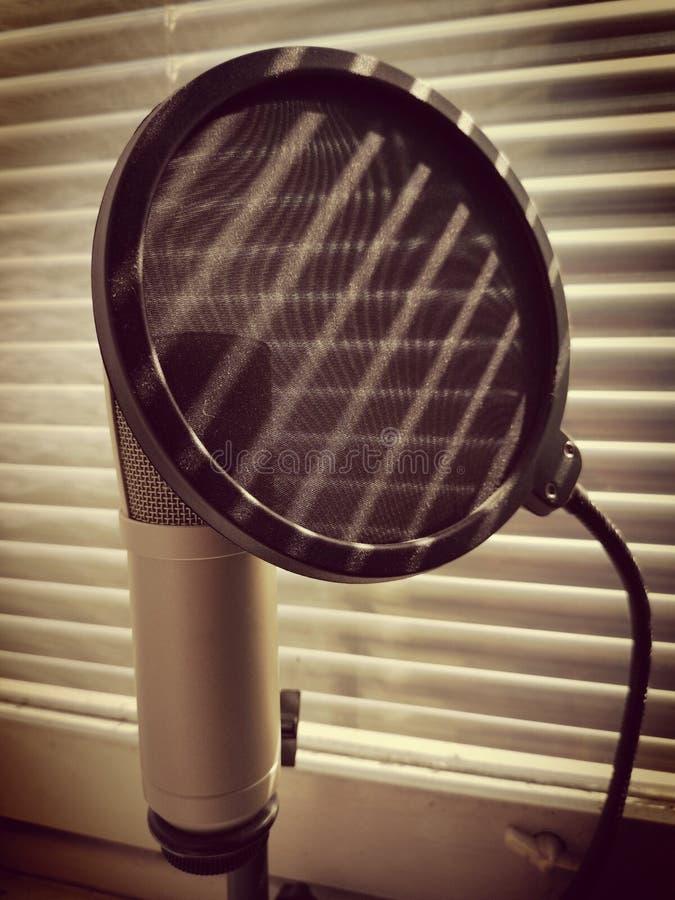 Foto do grunge do conceito do microfone e do PNF do filtro acima as cortinas sombreiam quedas nele fotografia de stock